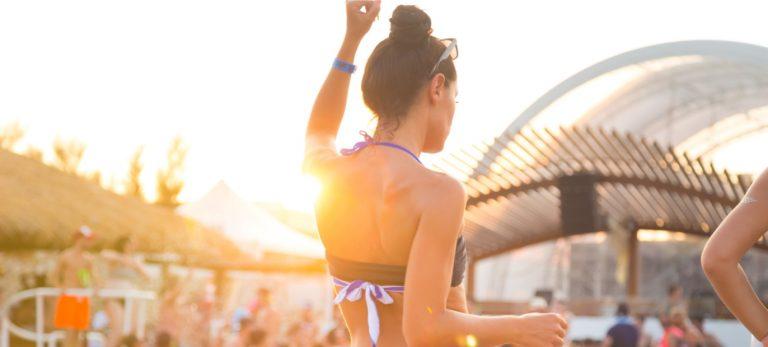 <strong>L'ambiance festive des beach clubs en journée</strong>