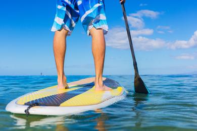 Stand-up paddle sur un lac